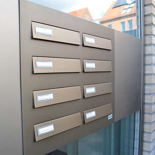 Postkasseanlæg i eloxeret bronze